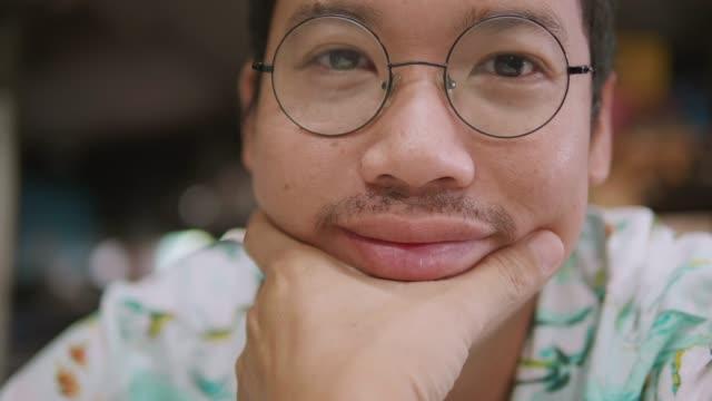 vídeos y material grabado en eventos de stock de retrato de hombre asiático mirando a cámara, sonrisa, feliz. - enfoque en primer plano