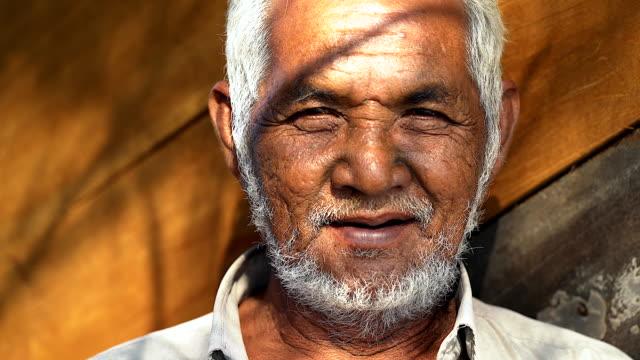 vidéos et rushes de portrait de vieillard asiatique en regardant la caméra. - culture américaine
