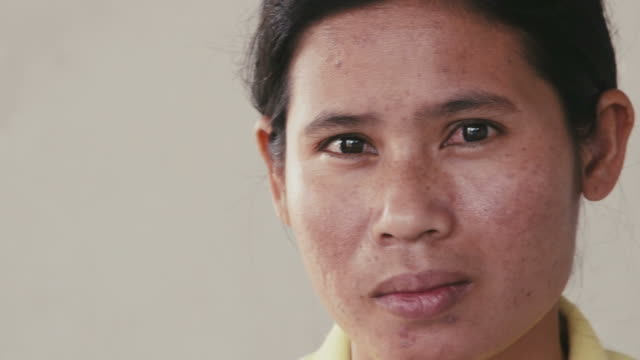 porträt von asiatische frau blick in die kamera, emotionen, stimmungen - kambodschanische kultur stock-videos und b-roll-filmmaterial