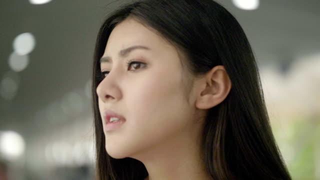 アジア女性のストレスの肖像画 - 悩む点の映像素材/bロール
