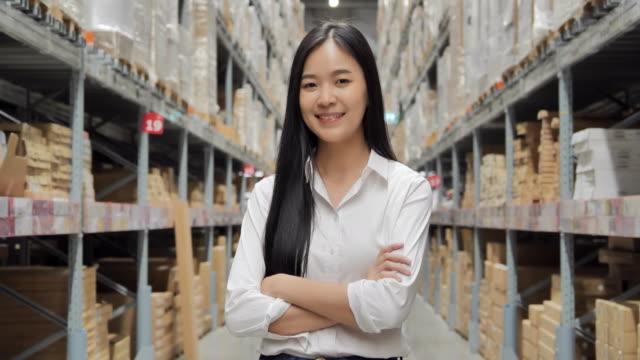 vídeos y material grabado en eventos de stock de retrato de mujeres emprendedoras asiáticas de negocios attracive en pie corporativo con los brazos cruzados sonriendo a la cámara en un almacén. retrato, negocios, finanzas, educación, personas, éxito, tecnología, liderazgo, mujeres en stem, transpor - suministros escolares