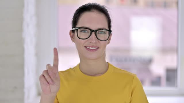 porträt der attraktiven jungen designerin sagen nein mit finger - ekel stock-videos und b-roll-filmmaterial