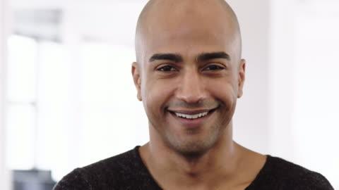 vídeos de stock e filmes b-roll de portrait of bald mature businessman - primeiro plano
