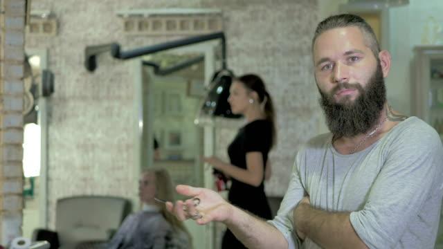 Retrato de barba peluquería en peluquería - vídeo