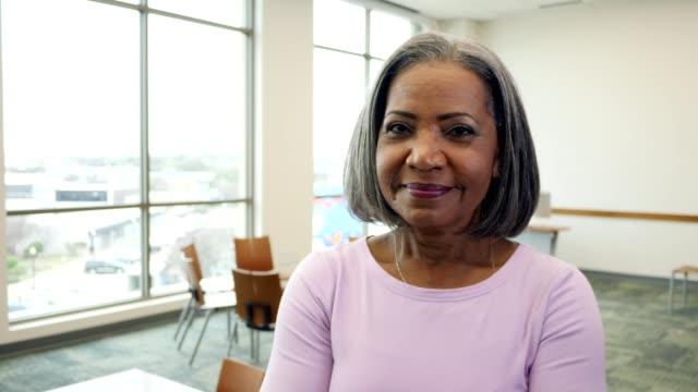 美麗的非洲裔美國婦女的畫像 - 成年人 個影片檔及 b 捲影像