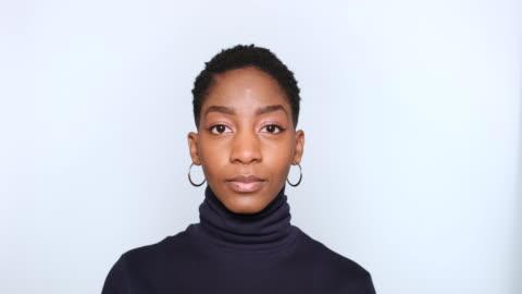 güzel afro amerikan kadın portresi - dişiler stok videoları ve detay görüntü çekimi
