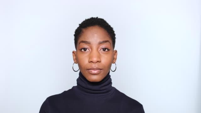 porträt der schönen afro amerikanischen frau - ernst stock-videos und b-roll-filmmaterial