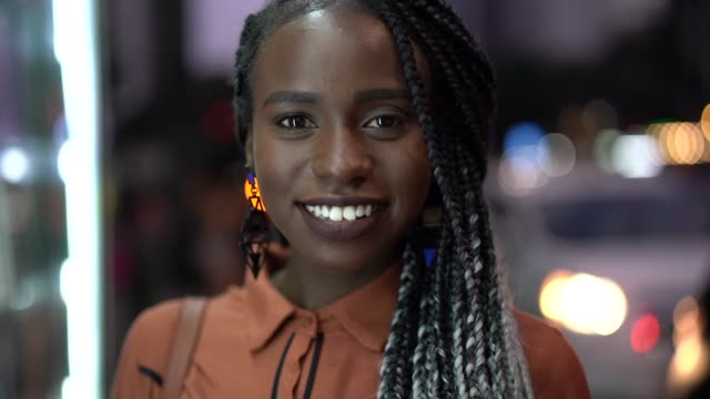 vídeos de stock, filmes e b-roll de retrato de linda mulher afro - brasileiro pardo