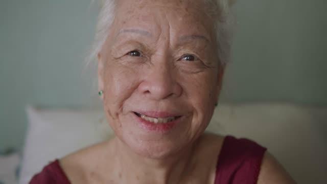 vídeos y material grabado en eventos de stock de retrato de hermosa mujer senior asiático, emoción positiva. - sonrisa con dientes