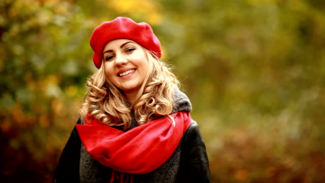 vídeos de stock, filmes e b-roll de retrato de uma bela loira no parque - boné