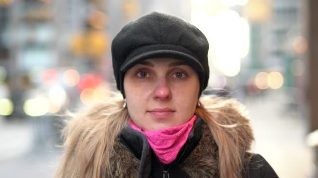 stockvideo's en b-roll-footage met portret van mooie blonde jonge vrouw in de stad - portait background