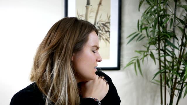 Portrait of beautiful  brunette woman with shoulder pain - vídeo