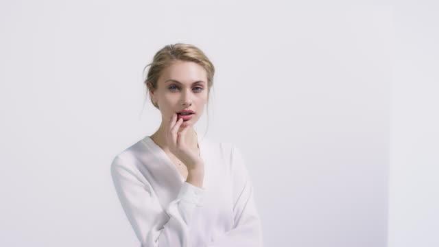 白い壁に美しい女性の肖像画 - 上半身点の映像素材/bロール