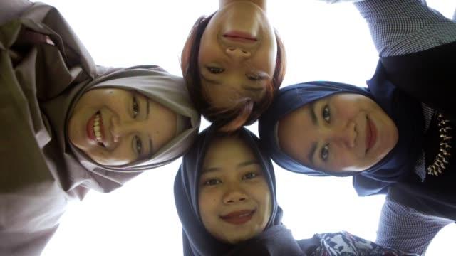 vidéos et rushes de portrait de beau cercle de femmes asie du sud-est et smilng à la caméra avec deux types de tons - indonésie