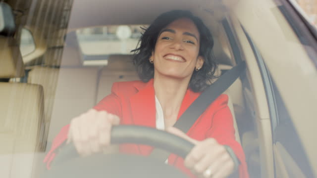 vídeos de stock, filmes e b-roll de retrato de mulher bonita, dirigindo o carro, se diverte, escuta a música e as danças. câmera foto feita a partir do para-brisa dianteiro. - carro mulher