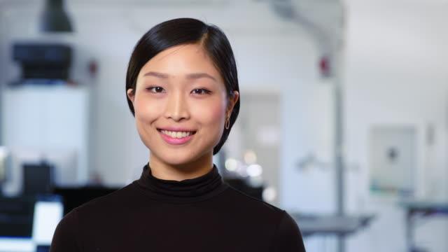 porträtt av vacker ung asiatisk affärskvinna - porträtt bildbanksvideor och videomaterial från bakom kulisserna