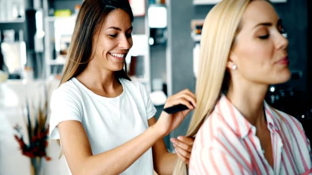 ヘアカットを得る美しい若い女性の肖像画 - 美容院点の映像素材/bロール