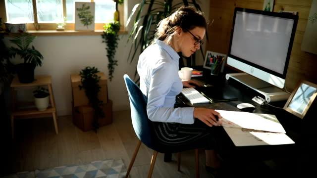 ofiste çalışan güzel genç kadının portresi - sırbistan stok videoları ve detay görüntü çekimi