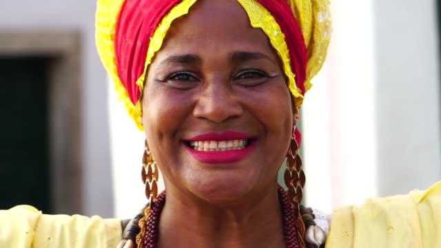 vídeos de stock, filmes e b-roll de retrato da mulher brasileira de ascendência africano - baiana - nordeste
