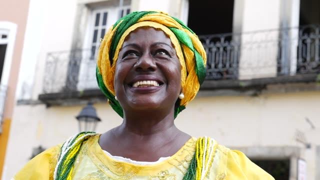 portrait of brazilian woman of african descent - baiana - costume tradizionale video stock e b–roll