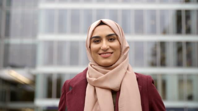 vidéos et rushes de portrait d'une femme d'affaires musulman britannique en dehors de l'office - portrait femme
