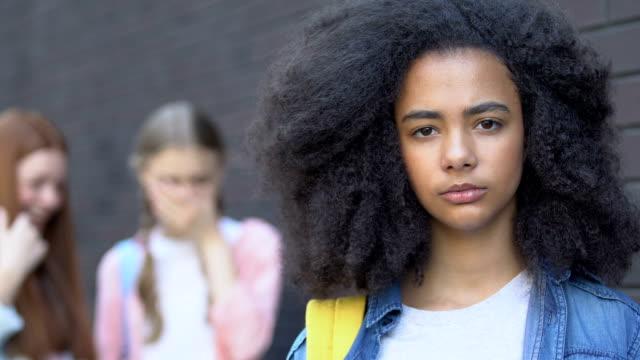 porträtt av mobbade biracial flicka, klasskamrater hånar bakom, rasism medvetenhet - etnicitet bildbanksvideor och videomaterial från bakom kulisserna