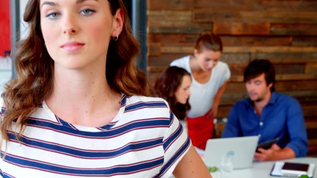 stockvideo's en b-roll-footage met portret van business executive glimlachend in kantoor - handen op de heupen