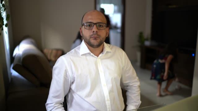 vídeos y material grabado en eventos de stock de retrato del hombre de negocios que trabaja con portátil en casa - financial planning