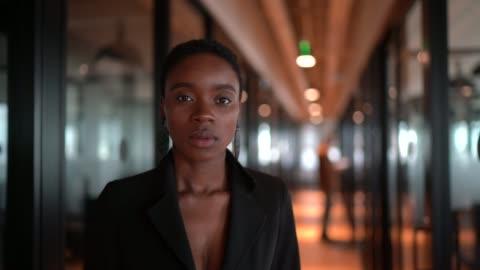 vidéos et rushes de verticale de femme d'affaires au bureau de couloir - portrait