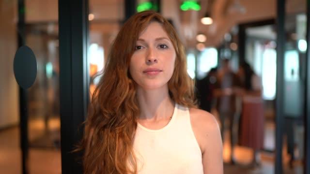 vídeos y material grabado en eventos de stock de retrato de empresaria en la oficina del pasillo - 20 a 29 años