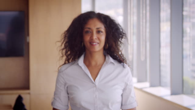 vídeos de stock e filmes b-roll de portrait of businesswoman in office walking towards camera - portrait of confident business