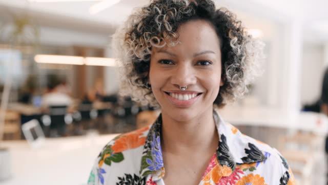 porträtt av affärskvinna på kontoret - mellan 30 och 40 bildbanksvideor och videomaterial från bakom kulisserna