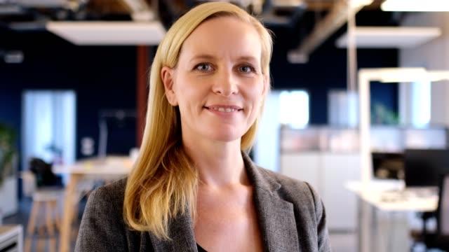 vidéos et rushes de portrait de femme d'affaires, souriant à nouveau bureau - 40 44 ans