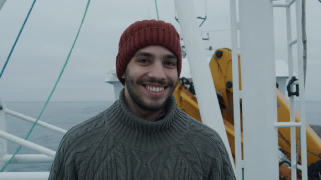 casualy の肖像画は、商業漁業のボートの漁師の笑顔を着ています。 - 漁師 外人点の映像素材/bロール