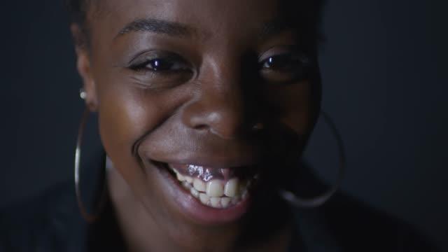 vídeos de stock e filmes b-roll de portrait of charismatic black woman laughing - sobrancelha