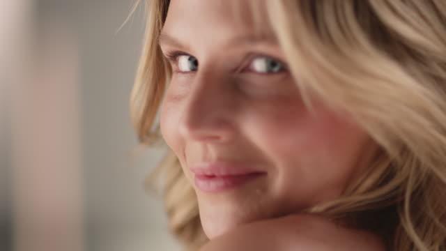 vidéos et rushes de portrait de sourire de jeune femme charmant - perfection