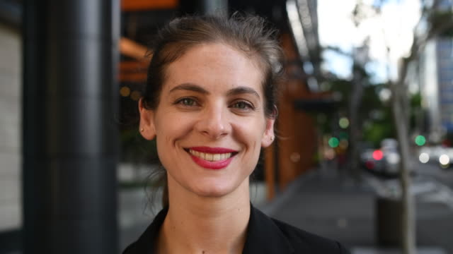 portrait of cheerful businesswoman smiling - trentenne video stock e b–roll