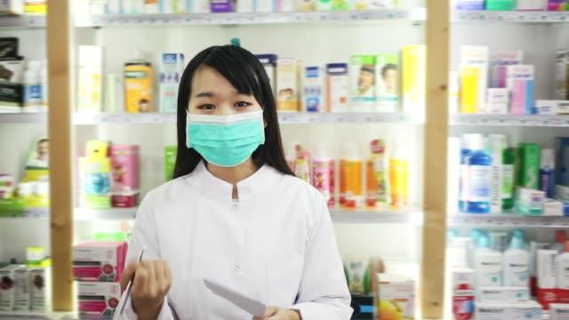 porträt der chinesischen drogenabhängigen in schützender gesichtsmaske - kosmetik beratung stock-videos und b-roll-filmmaterial