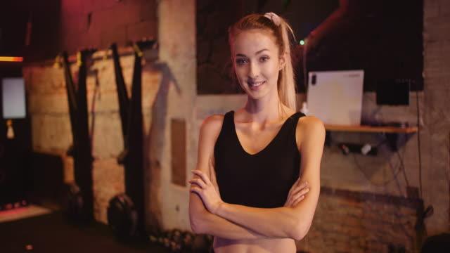 vídeos de stock, filmes e b-roll de retrato de mulher concentrada olhando câmera em academia fitness - comodidades para lazer