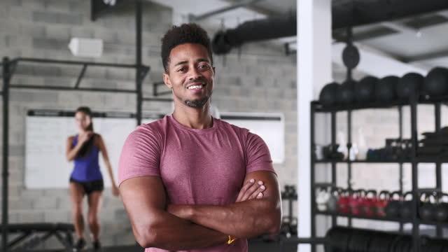 stockvideo's en b-roll-footage met portret van zekere zwarte sportman die zich in gymnastiek bevindt - 30 39 jaar