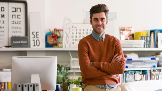 vídeos de stock e filmes b-roll de retrato do empresário confiante no escritório criativo - homem casual standing sorrir