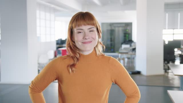 オフィスで自信を持って女性の専門家の肖像 - 上半身点の映像素材/bロール