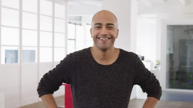 vídeos de stock e filmes b-roll de portrait of confident mature businessman - homem casual standing sorrir