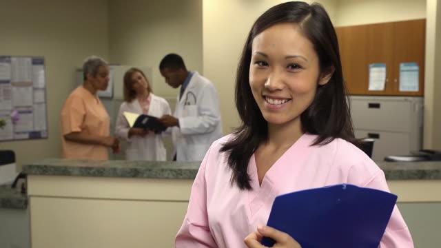 portrait of confident nurse - cerrahi önlük stok videoları ve detay görüntü çekimi