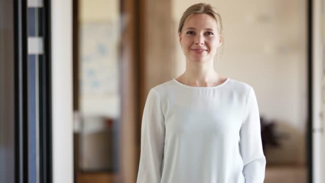 vídeos de stock e filmes b-roll de portrait of confident smiling businesswoman - países nórdicos