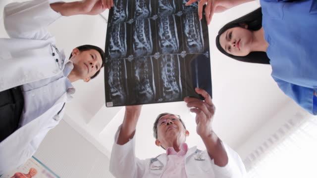 의사, 간호사 및 조수의 자신감 팀의 초상화. 엑스레이 결과를 확인하는 의료 팀. 전문 의료 인력 작업. 의료 개념. 의료 상담 - 검사 보기 스톡 비디오 및 b-롤 화면