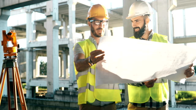 porträtt av byggnadsingenjörer som arbetar på byggnadsplatsen - byggplats bildbanksvideor och videomaterial från bakom kulisserna