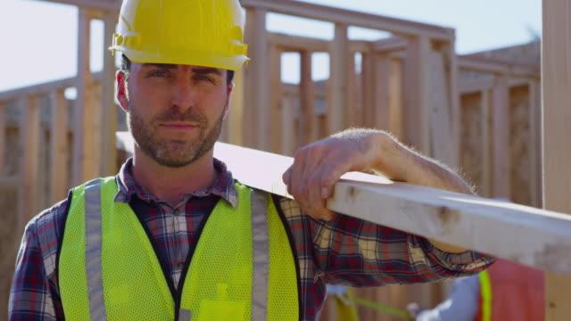 基板を保持している建設労働者の肖像 ビデオ