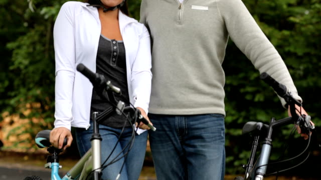 ritratto di coppia con biciclette - 30 34 anni video stock e b–roll