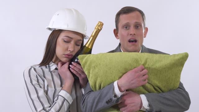 Retrato de pareja loco de cerca. - vídeo